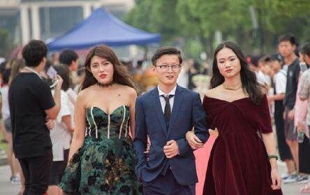 又是一年毕业季,高校上演红毯秀,网友称场面堪比戛纳电影节