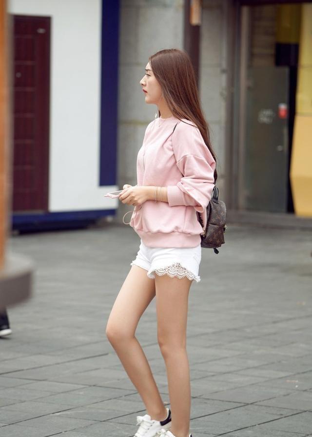 街拍:青春靓丽的美少女大秀长腿,释放年轻的魅力!