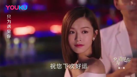 外国人嘲笑中国人不懂钻石,不料中国美女用杯水辨出真钻,厉害了