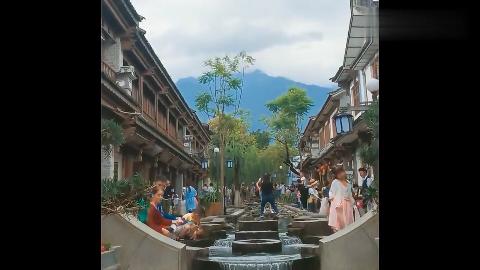 大理古城红龙井水是那么的清澈希望不要被污染了