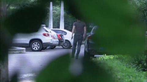 美女刚回家就看到小偷偷自己车这下美女怒了