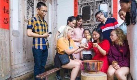 美国小姐姐到中国旅游,一到晚上就傻眼了:你们9点之后还出门?