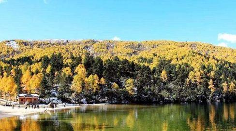 木格措风景区:一处观赏雪山、草原和藏族牧民风情的景观