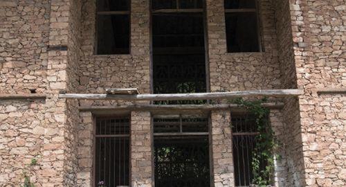 这是谁家废弃的房屋,泥瓦匠的砌墙技术已经登峰造极了吧