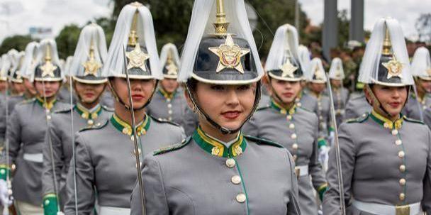 哥伦比亚女兵个个都很丰满,笑容十分灿烂能融化男人的心