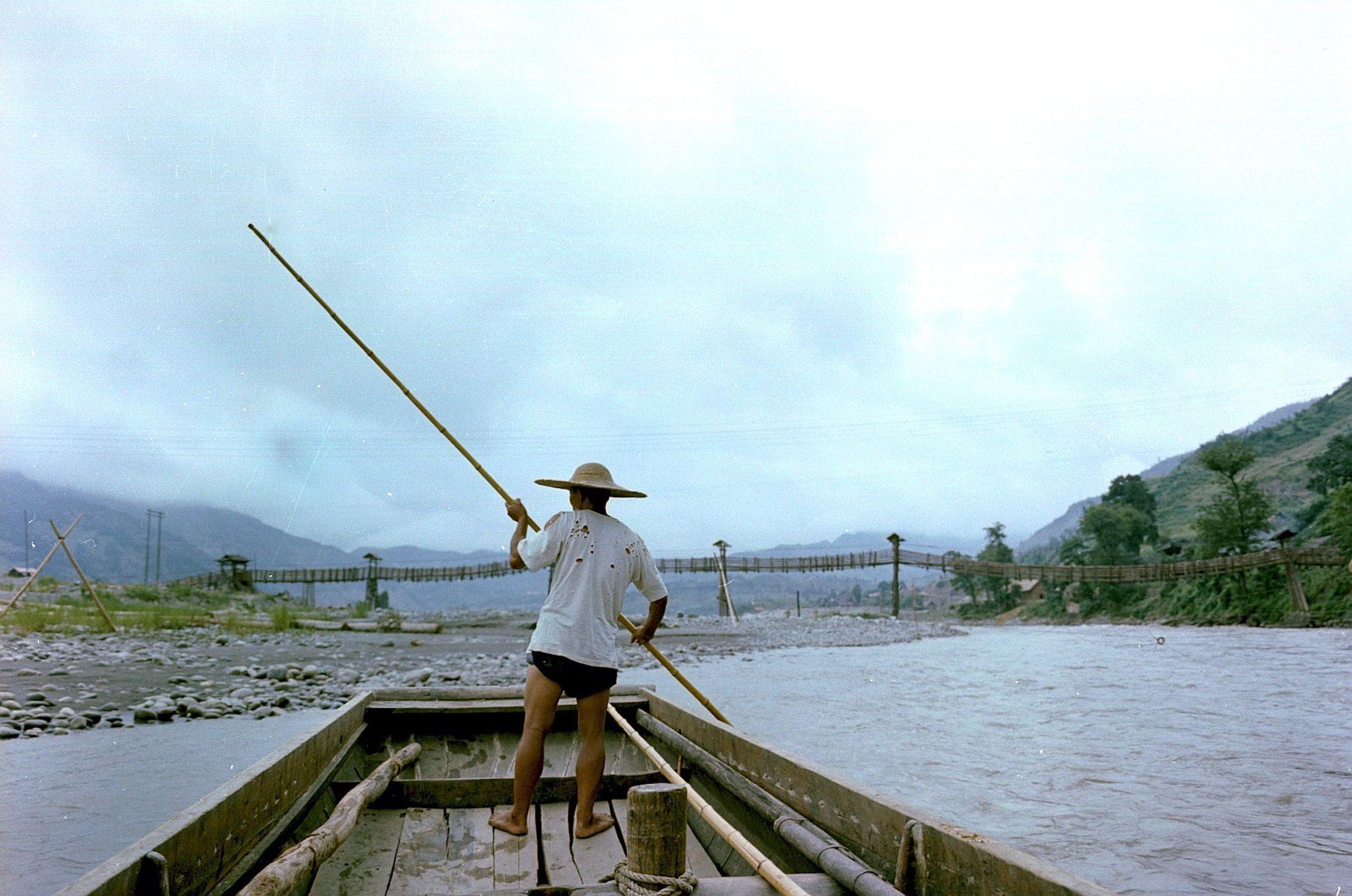 珍贵老照片,1959年都江堰安澜桥,成都本地人记忆中的原版古桥