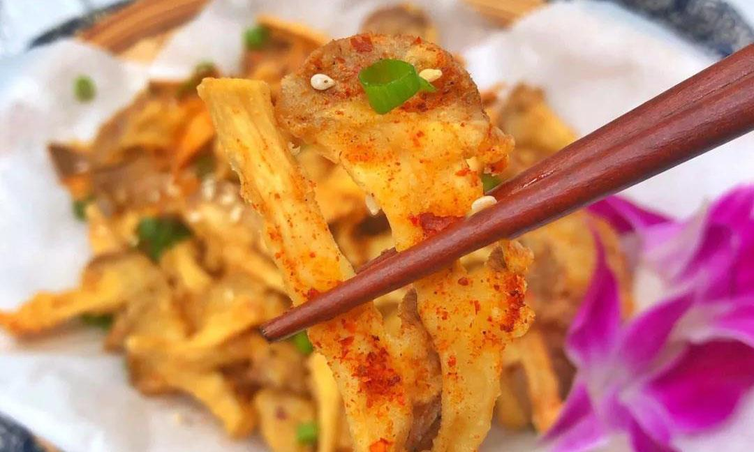 蘑菇还只会炒着吃?5分钟做出新吃法,酥脆可口,学会做给孩子吃