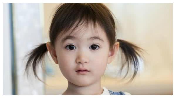李小鹏终于舍得晒女儿了,奥莉近照太美笑容太治愈,爸爸都被美到