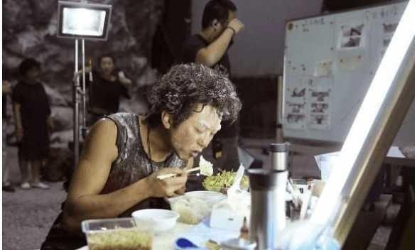 同是剧组吃饭,彭于晏用五毛钱塑料盒,而杜海涛用1600的饭盒