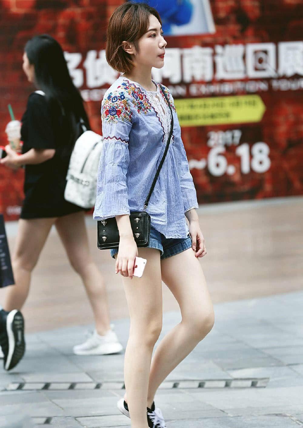 街拍:短发小姐姐穿短裤,秀出白皙长腿,眉清目秀红唇诱人