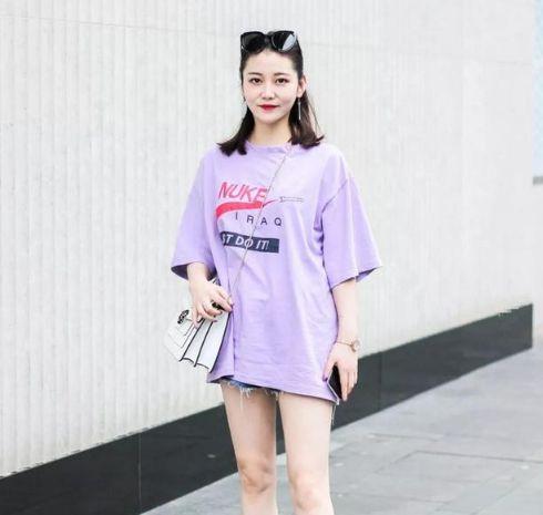 路人街拍:图一小姐姐淡紫色的上衣搭配短裤,百搭减龄又时尚!