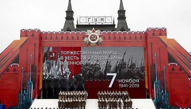 俄罗斯红场阅兵,战斗民族英气十足,网友:他们的帅哥也交国家了