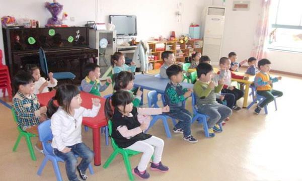 幼儿园午休,一女孩迟迟不睡,孩子的一句话暖化了老师的心!