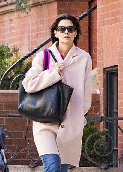 40岁凯蒂·赫尔姆斯打扮时尚出街,面部皮肤垂坠老态毕现