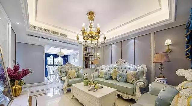 朋友们刚刚安装了新房子,客厅里充满了豪华的气氛,非常漂亮。