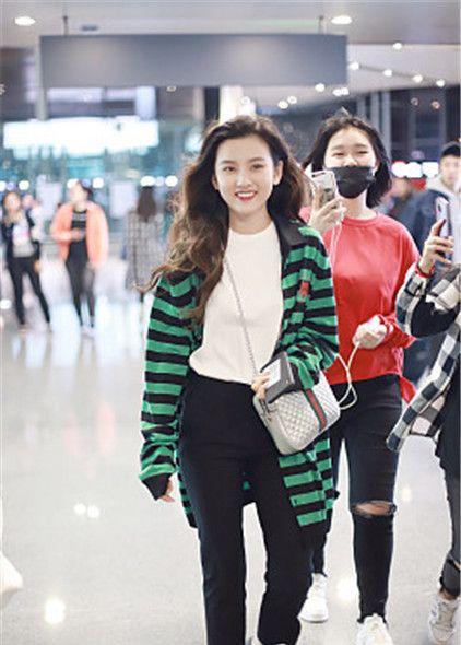 宋祖儿亮相机场 绿色条纹衫搭黑裤 肤白貌美对镜头甜笑
