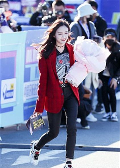 吴宣仪酒红色外套搭配黑裤 手捧着鲜花甜笑