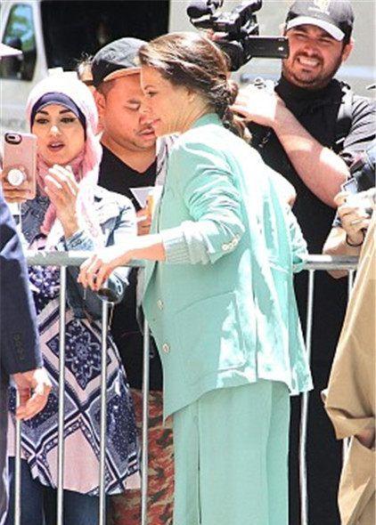 伊万杰琳-莉莉穿薄荷绿套装淡雅迷人,获粉丝拥抱合影亲和力Max