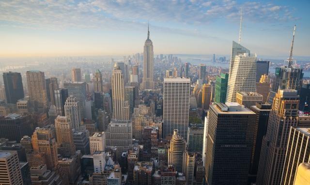 曼哈顿全景观赏点,一侧是纽约之肺中央公园,一边是地标帝国大厦