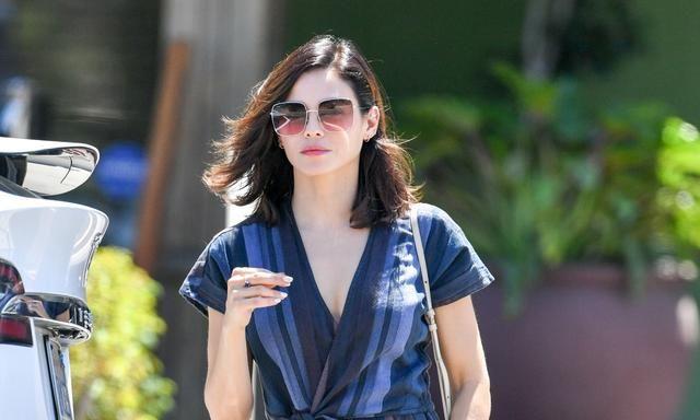 看詹娜·迪万搭配,蓝色连身裤穿出明星感|娱乐
