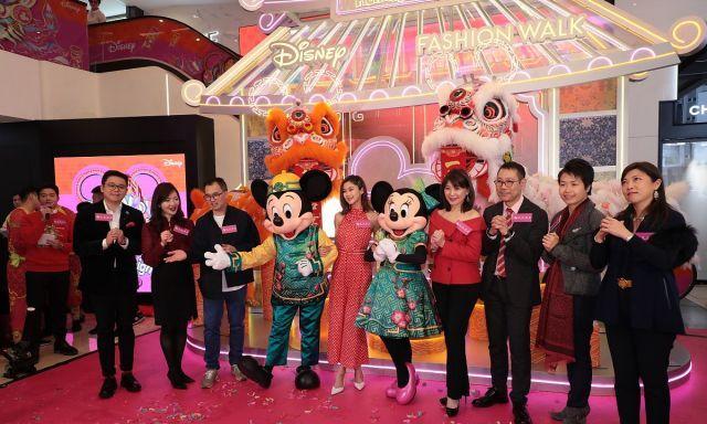 华裔、中华小姐双料冠军岑丽香出席活动,娃娃脸配红裙甜美可爱