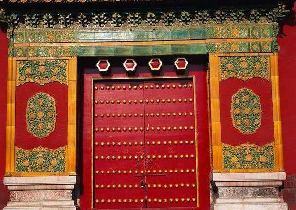 故宫门上的圆钉有何作用,为什么不让人摸?古代大门规格也有讲究