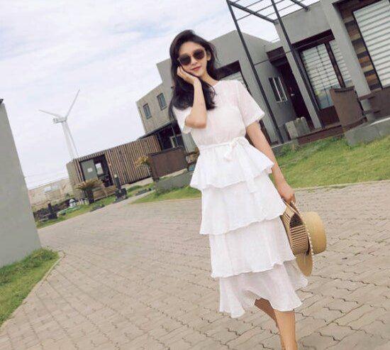 穿吊带短裙的白领气质美女茶吧写真