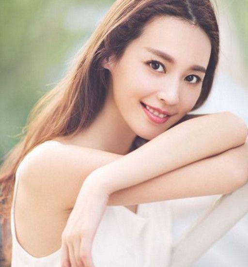 吴佳尼是个美丽可爱的上海姑娘,有青春靓丽外形和俏皮风格