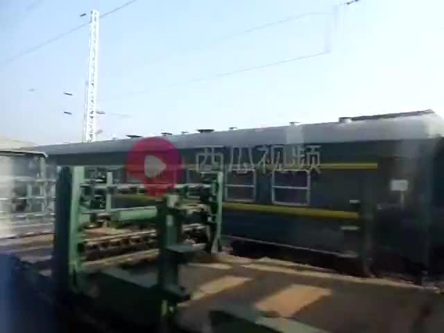 火车旅行老成渝铁路快速通过一个小站