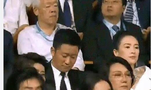 吴京在电影节开幕上睡着了,网友:好像上课打瞌睡的我本人啊