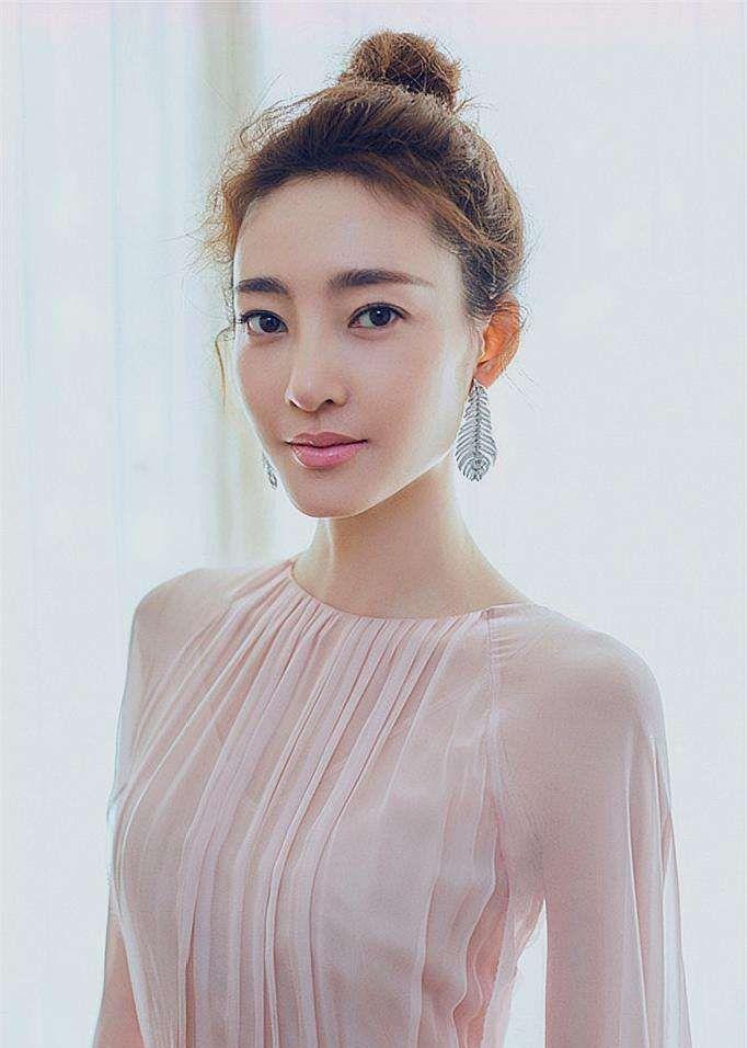 明星王丽坤80后实力演员,外形清新亮丽,是人们喜爱的艺人