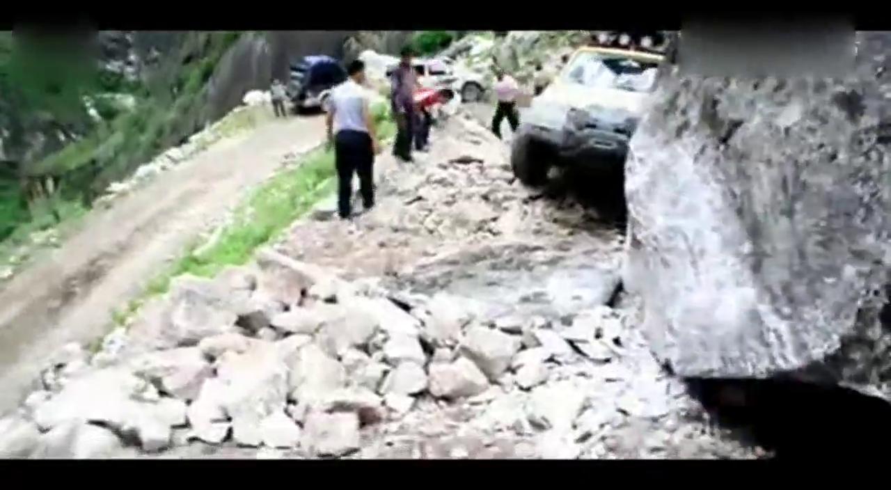 视频:陆风X9丙察察滑坡路段艰难前行