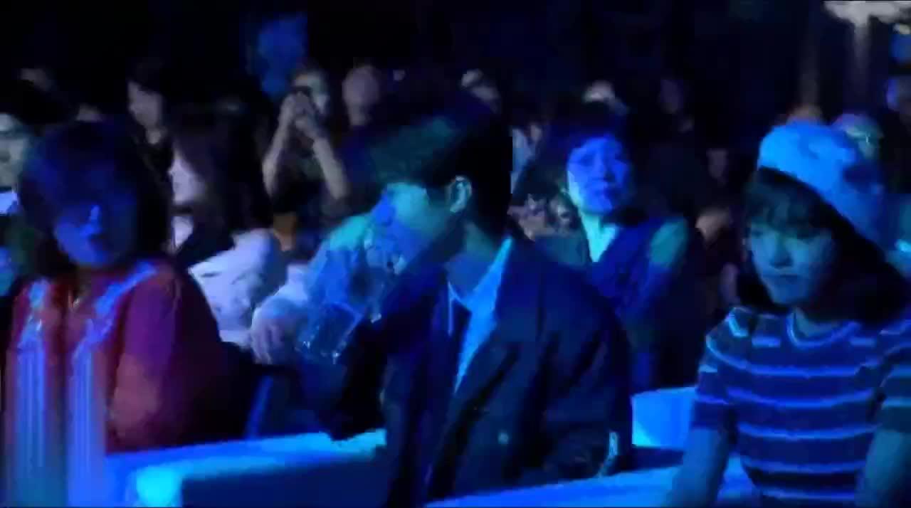 王俊凯牛仔装出席发布会期间不停在喝水太逗了