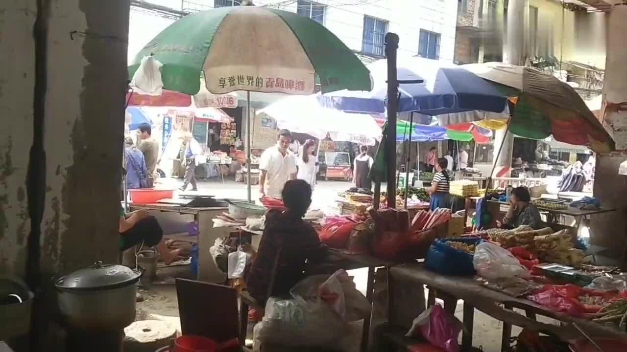 融安县泗顶镇这样围着吃饭的老式快餐店满满的回忆