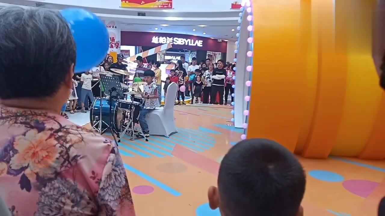 10月1日国庆假期商场里有3美女演奏小提琴小王感叹人真多