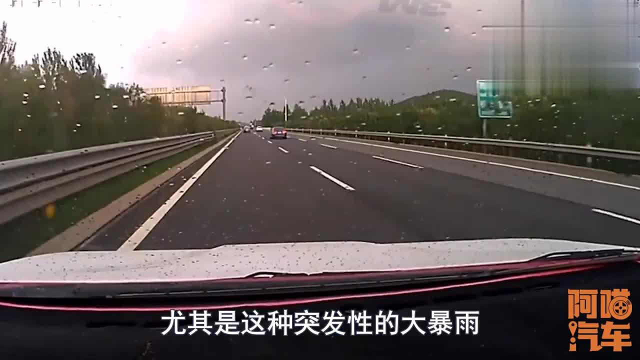 高速突遇暴雨停应急车道还是继续开这才是正确做法学会能保命