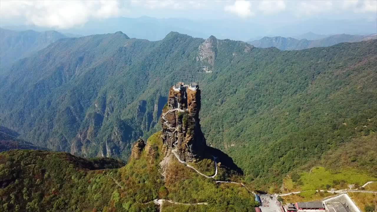 小伙爬贵州梵净山最危险的路段遇到小姐姐在哭不敢往上爬了
