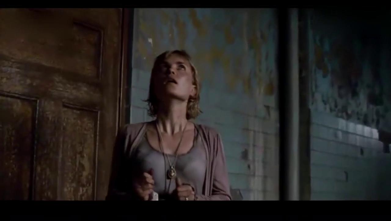 防空警报拉响时,墙体开始脱落,毁灭性的黑夜降临寂静岭,阿蕾莎