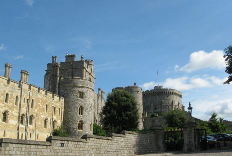 温莎城堡(英语:Windsor Castle),位于英国英格兰东南部区