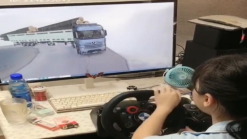 女司机模拟大货车超载,没想到过弯道的时候差点出事,胆子真肥!