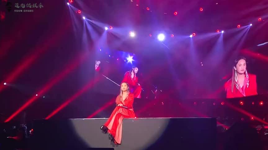 杨丞琳演唱会突发意外内衣吊带突然断了现场粉丝纷纷起哄