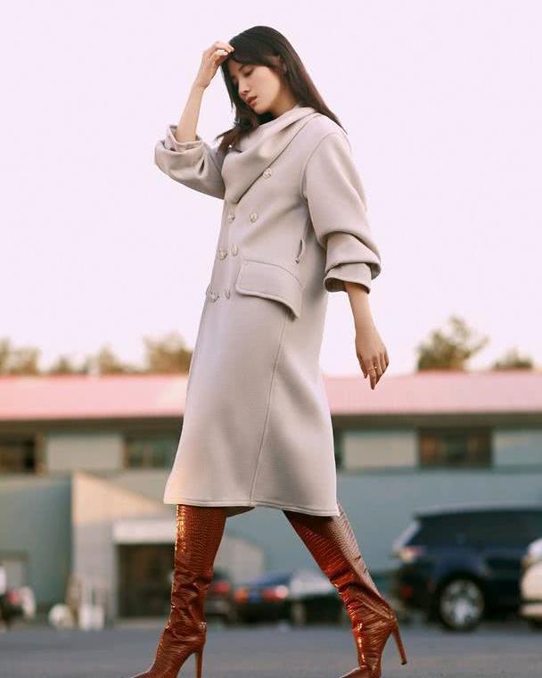 40岁宋佳娘man气质太出众,米色大衣配棕色长靴,走出超模气场