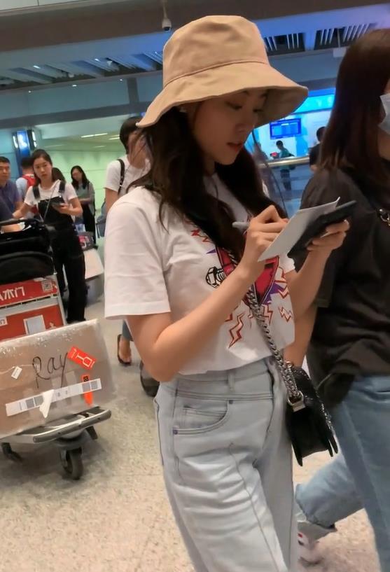 祝绪丹机场为粉丝签名,小腹却成最大亮点,网友:普通人而已!