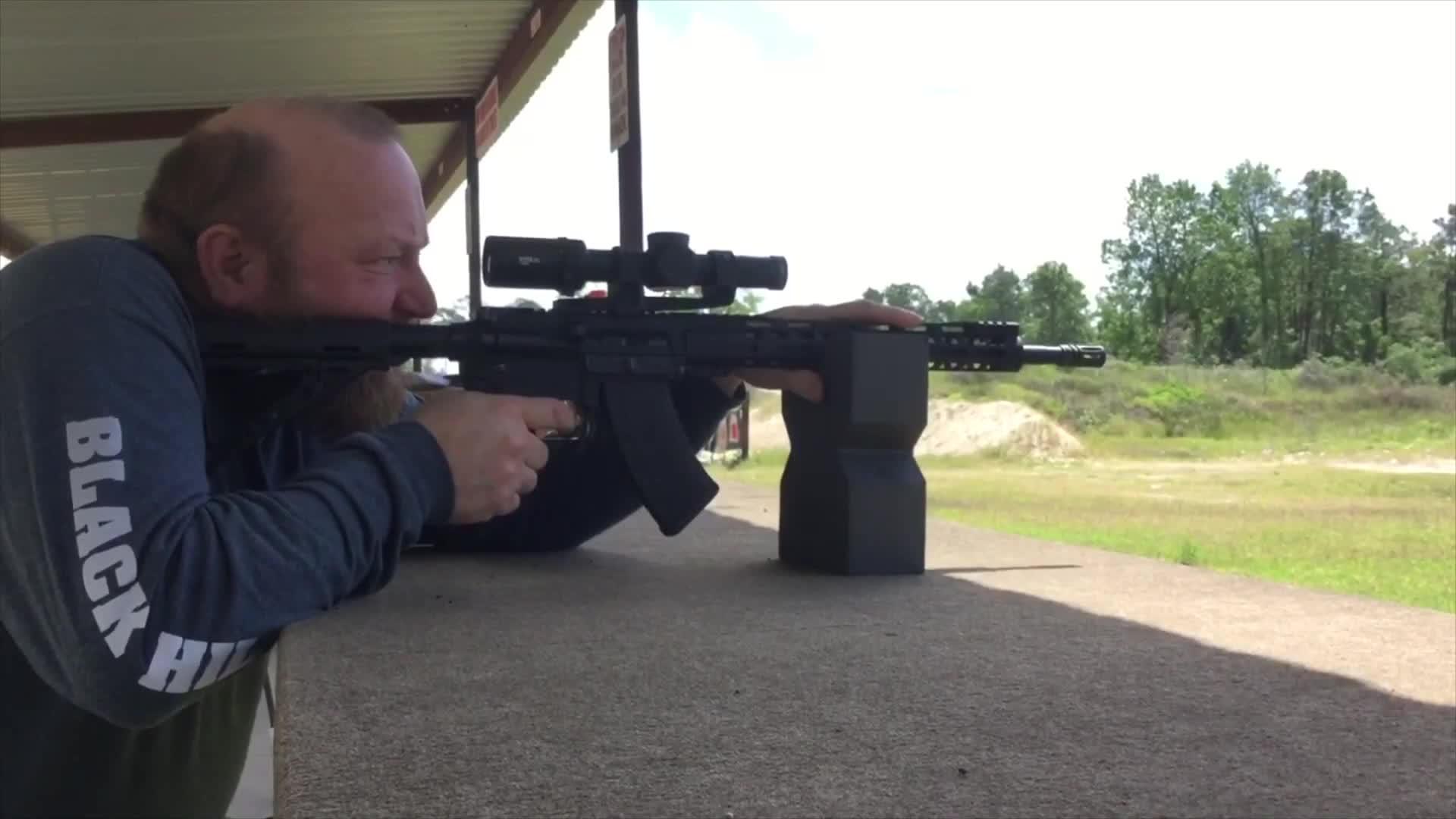 配备瞄准镜的KS-47步枪,靶场射击 连耳塞都不用戴