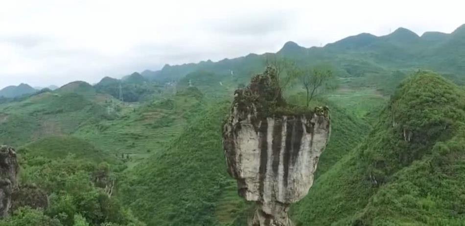 """云南的一处""""奇石""""景观,屹立悬崖千万年不倒,走近才看见秘密"""
