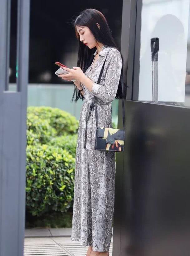 路人街拍:颜值很高的黑长直小姐姐,网友:白素贞是你吗?