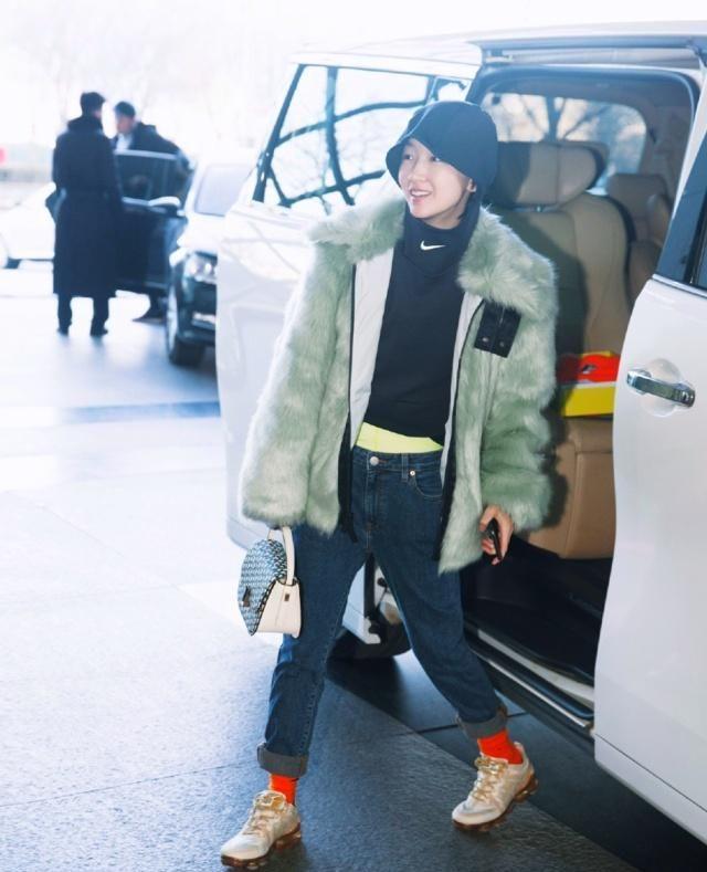 张予曦撞衫李溪芮,穿同款网红皮草秀身材,风格差距却这么大?