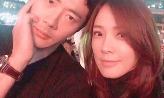 韩剧男神权相佑近照公开妻子为其宣传电影夫妇结婚多年恩爱如初