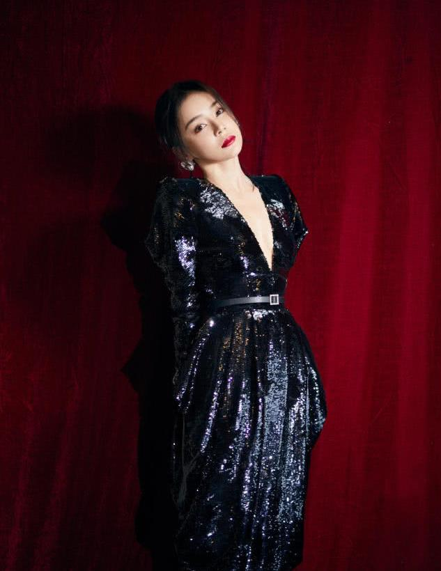袁姗姗彻底放开了,罕见大尺度真空穿深V连衣裙,被身材惊艳了