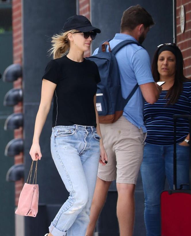 詹妮弗·劳伦斯街拍,身穿黑T搭配牛仔裤小白鞋,简约清爽显身材
